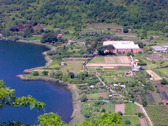 Scorcio del lago con il Museo delle navi Romane - Nemi (2503 clic)