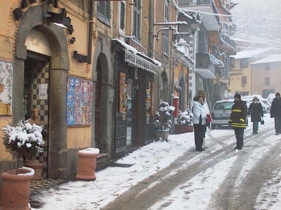 Corso Vitt. Eman., con la neve - Nemi (3275 clic)