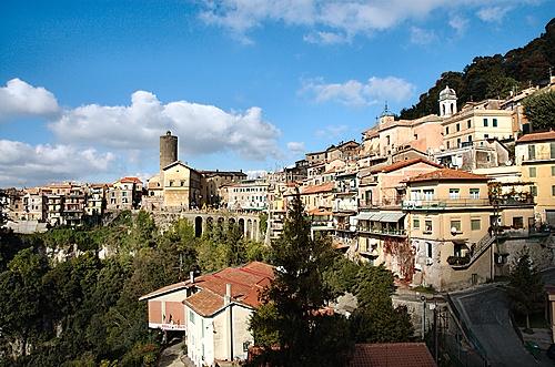 NEMI  Vista da Piazza Roma (3967 clic)