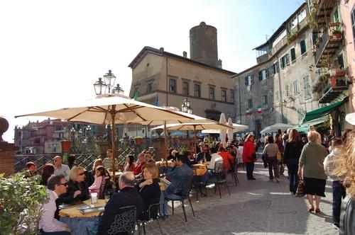 NEMI  -  Il Corso con vista del Castello (4078 clic)