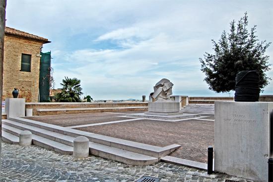 Piazza Giò Pomodoro Orciano - Orciano di pesaro (1893 clic)