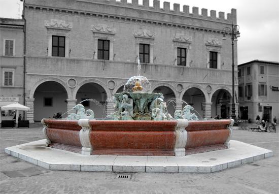 Fontana della Piazza Del Popolo - Pesaro (1243 clic)