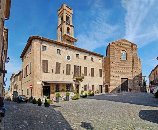 Piazza Giovanni Della Rovere Mondavio (2013 clic)