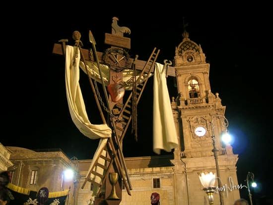 processione dei Misteri - croce della passione - BIANCAVILLA - inserita il 13-Feb-09
