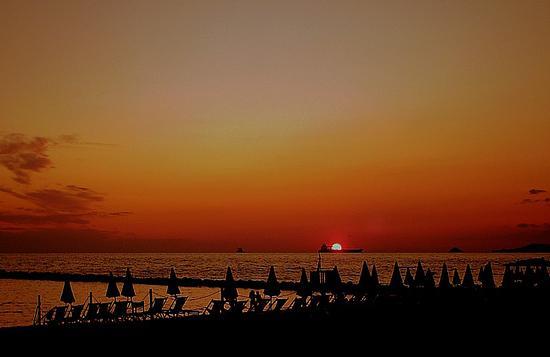 tramonto su una spiaggia ormai deserta... - Marina di massa (1635 clic)