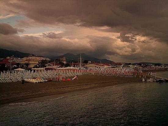 estate 2010...la spiaggia deserta dopo il temporale - Marina di massa (1627 clic)