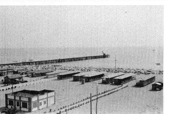...anni 30...il pontile di legno... - MARINA DI MASSA - inserita il 01-Feb-11