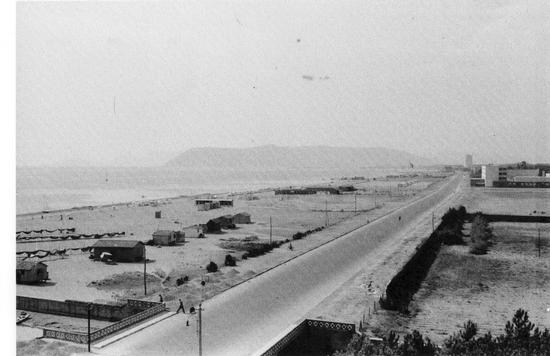 ...anni 30 il brugiano..il viale a mare e il nulla del traffico - Marina di massa (3992 clic)