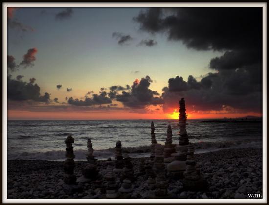 sculture con sassi portati dal mare.. - Marina di massa (1015 clic)