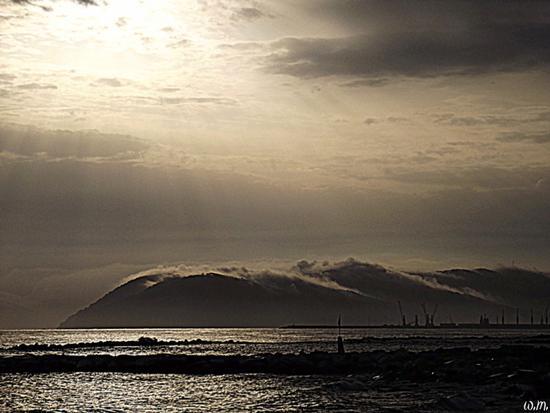 ..quando le nuvole accarezzano le montagne.. - Marina di massa (682 clic)