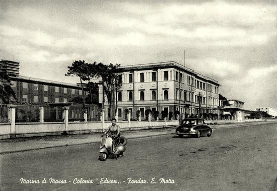 anni 50 ...il viale Littorio...il viale delle colonie - MARINA DI MASSA - inserita il 24-Oct-11