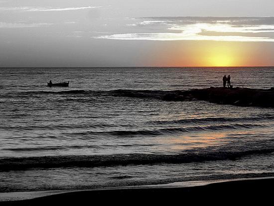 pescatori al tramonto... - Marina di massa (1583 clic)