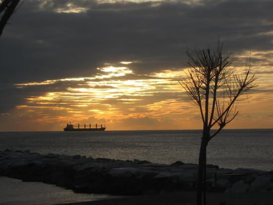 ...a gennaio ...un tramonto particolare.. - Marina di massa (1384 clic)