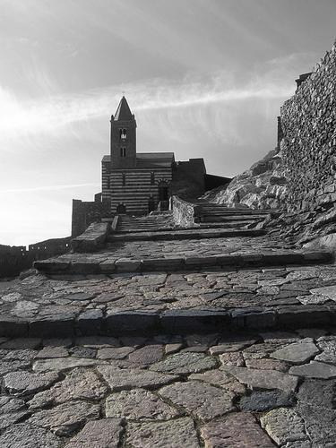 la scalinata che porta alla chiesa .... - Portovenere (1974 clic)