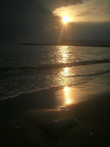 ..aspettare con pazienza che il sole esca dalle nuvole - Marina di massa (1386 clic)