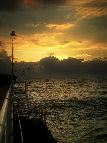 dal pontile...guardo i pescatori.. - Marina di massa (3570 clic)