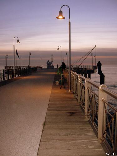 il pontile alle ultime luci dell'alba... - Marina di pietrasanta (1010 clic)