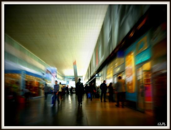 stazione termini...gente che va ..gente che viene.. - ROMA - inserita il 26-Apr-12