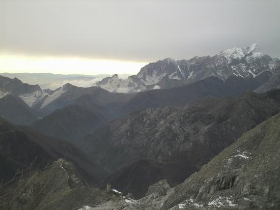 le puane ..sullo sfondo le cave di Carrara.. - Alpi apuane (2383 clic)