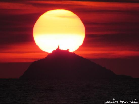 ...quando il sole tramonta sull'isola del tino.. - Porto venere (585 clic)