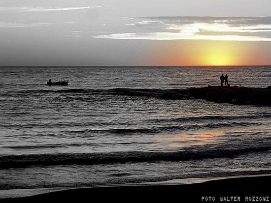 pescatori in terra e in mare... - Marina di massa (3448 clic)