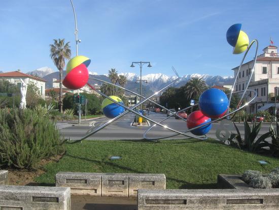 il giocoliere volante opera di Alessandro Giorgi - Marina di massa (2059 clic)