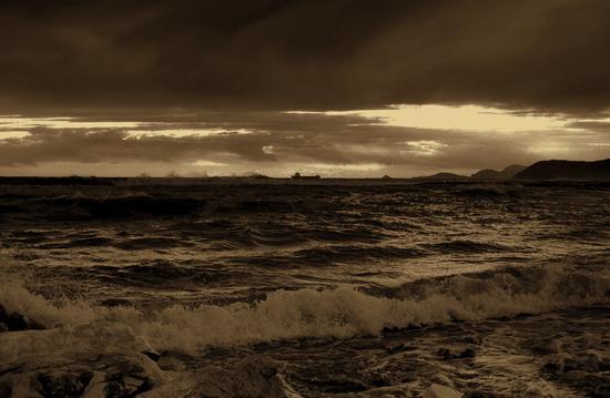 vento di maestrale ...e mareggiata invernale.. - Marina di massa (1283 clic)