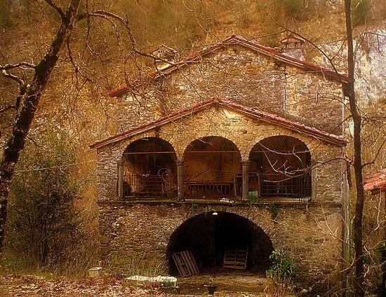 casa abbandonata alle pendici delle apuane... - ALPI APUANE - inserita il 09-Feb-11