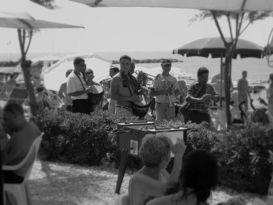 ...musicanti.... - Marina di massa (1460 clic)