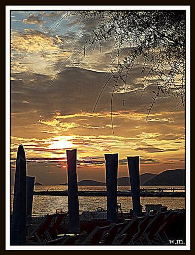 ombrelloni chiusi in un tramonto di fine estate.. - Marina di massa (1719 clic)