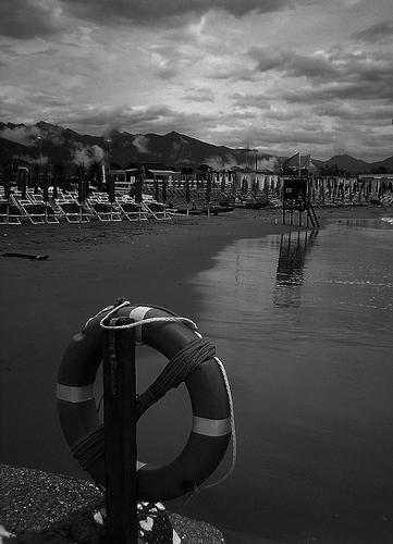 ...dopo la pioggia...la spiaggia... - Marina di massa (1611 clic)