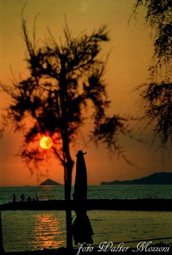 dalla toscana ....un tramonto ligure... - Marina di massa (1537 clic)