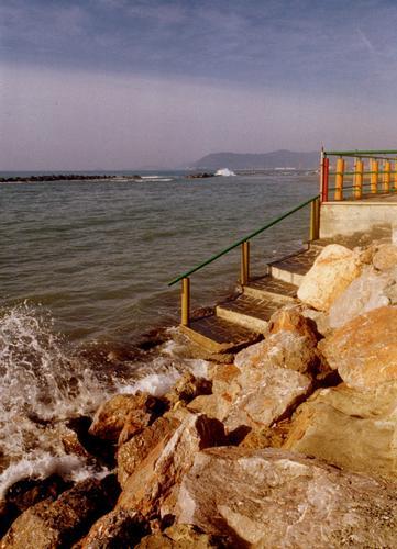 scalinata  che si tuffa nel mare.... - Marina di massa (1618 clic)