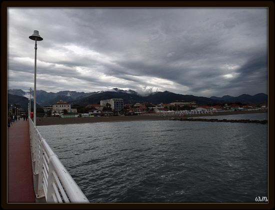 nuvole dal pontile.. - Marina di massa (1197 clic)