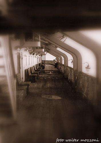 il ponte di un vecchio traghetto... - LIVORNO - inserita il 19-Dec-11