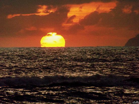 ....tramonto sulla mareggiata... - Marina di massa (762 clic)