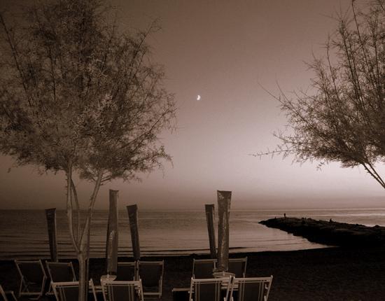 ultimi ombrelloni di una serata settembrina... - Marina di massa (1670 clic)