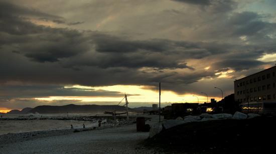 ..nuvole basse al tramonto.. - Marina di massa (1163 clic)