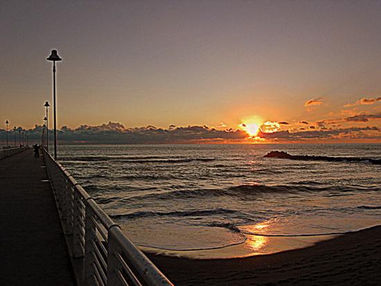 dal pontile ...il tramonto.. - Marina di massa (2171 clic)