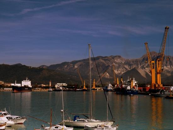 ..il porto...sullo sfondo le cave di marmo.. - Marina di carrara (1857 clic)
