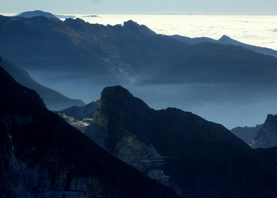 le montagne ..le cave..il mare (sotto le nubi) - Alpi apuane (2223 clic)