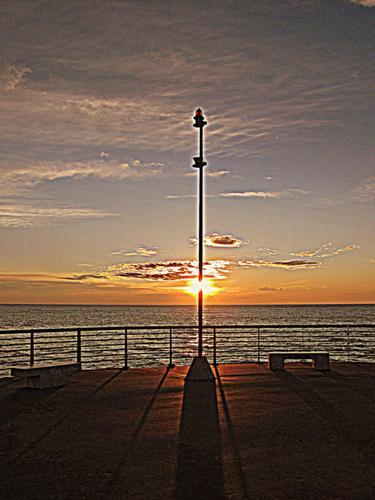 un tramonto dal pontile.. - Marina di massa (931 clic)