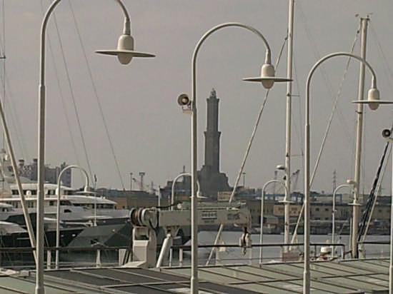 la lanterna...vista dall'acquario - Genova (2568 clic)