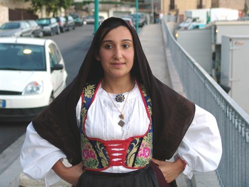 ragazza in costume sardo - Seui (7544 clic)