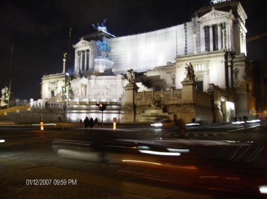 piazza venezia moving by night - Roma (1754 clic)
