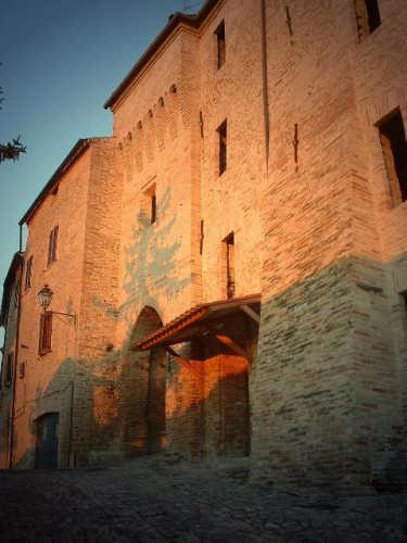 Ortezzano, le luci dell'alba, Porta da Sole emura medioevali (1624 clic)
