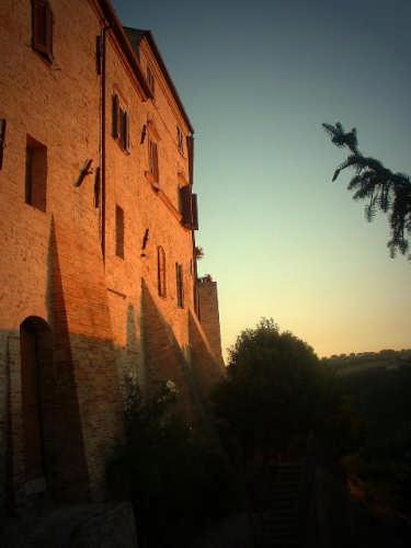 Ortezzano, le luci dell'alba, Porta da Sole emura medioevali (1602 clic)
