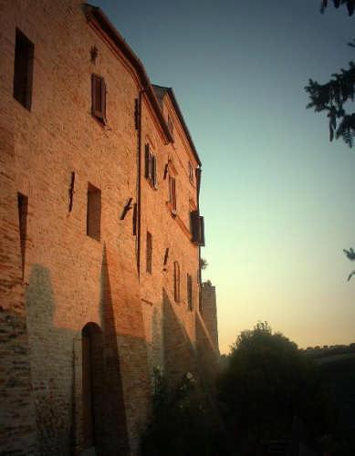 Ortezzano, le luci dell'alba, Porta da Sole emura medioevali (1954 clic)