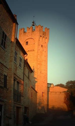 Ortezzano, le luci dell'alba, Torrione ghibellino XIV sec (1661 clic)