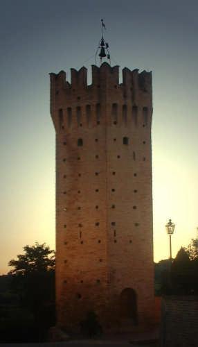 Ortezzano, le luci dell'alba, Torrione ghibellino XIV sec - ORTEZZANO - inserita il 10-Apr-09